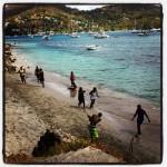 Kinderen spelen cricket op het strand