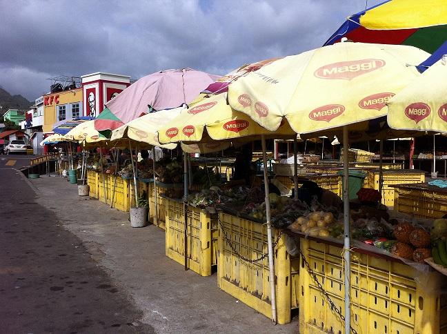 De groente- en fruitmarkt in Roseau en ... he Maggi!!