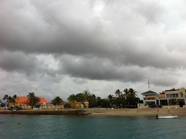 Donkere wolken boven Bonaire