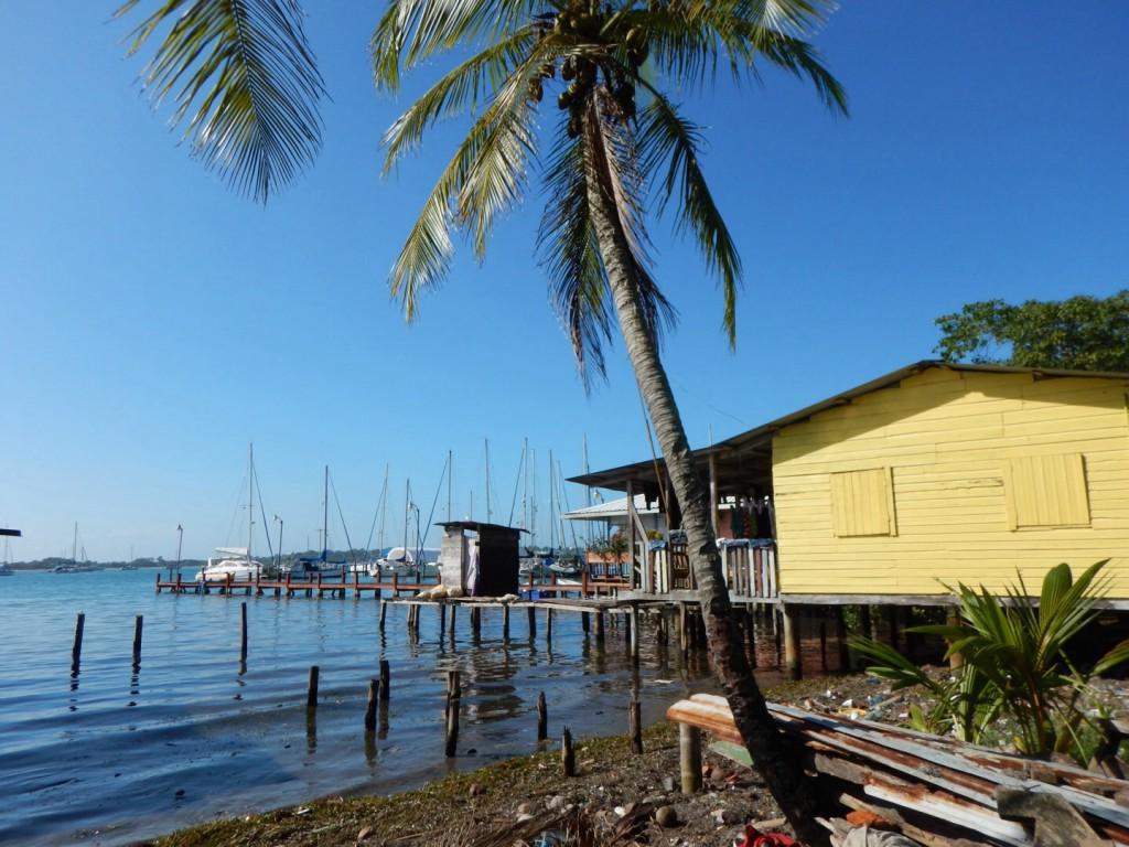 Vanuit het dorpje kijk je uit op de Marina