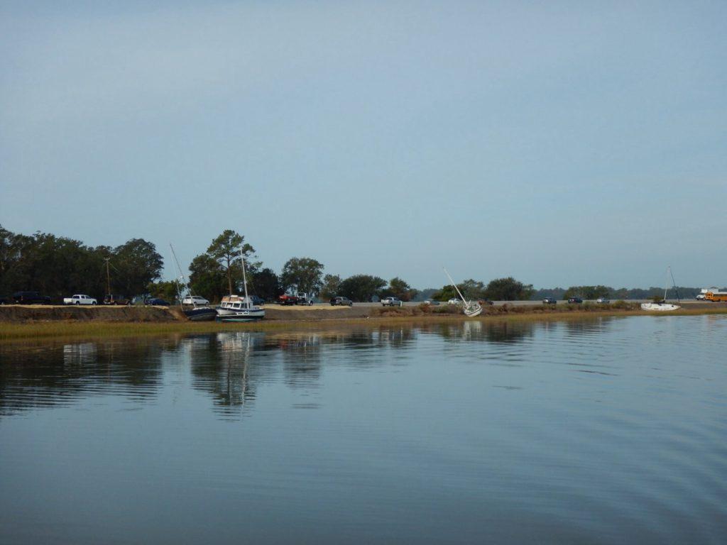 Ook in de creek liggen boten op de kant