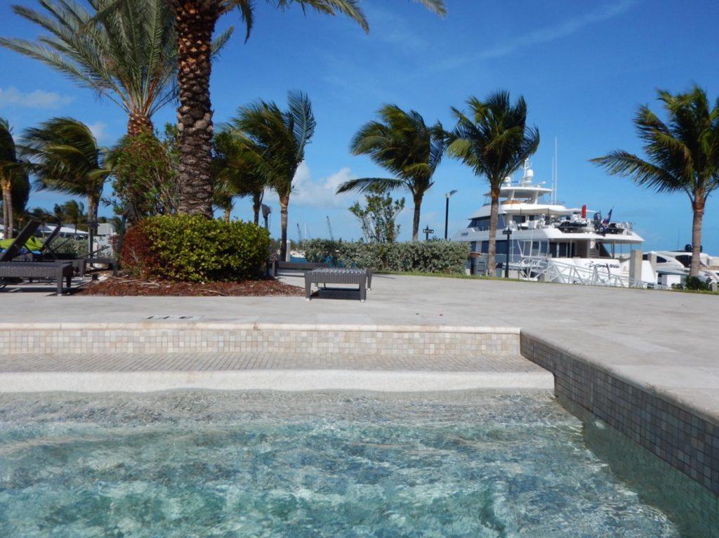 Cool, we kunnen onze boot in de gaten houden vanuit het zwembad!