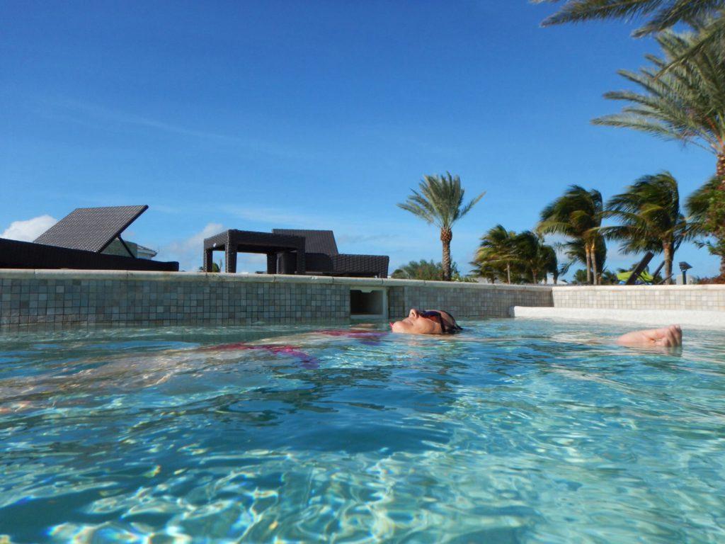 He-le-maal Zen in het verwarmde zwembad na een inrustige nacht