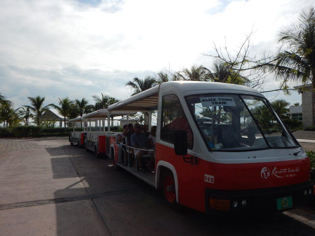 Het gratis trammetje brengt ons naar Alice Town